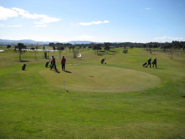 Jugadores federados disfrutando del golf en Catalunya